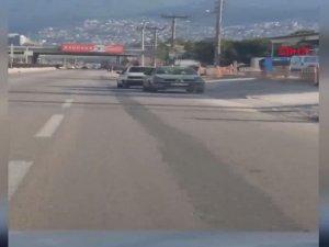 Arızalanan otomobili halatla ters çekti