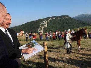 Cumhurbaşkanı Erdoğan, Azerbaycan Cumhurbaşkanı Aliyev ile Şuşa'da at yarışı izledi