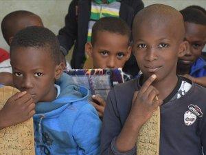 Hafızlar ülkesi Moritanya'da Kur'an eğitimi tahta levhalarla veriliyor