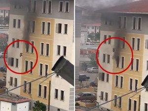 İki yaşındaki kızını yangın anında 4. kattan aşağı attı! O anlar kamerada
