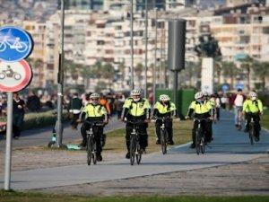 İzmir'in 'Beyaz Kırlangıçları' bisiklet yollarının güvenliği için pedala bastı