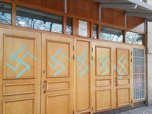 İsveç'te camiye gamalı haç çizildi