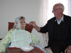 Felçli eşine ve engelli oğluna bakıyor