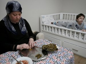 Oğlunun tedavisi için yaprak saran anneye Afrin'deki askerden destek