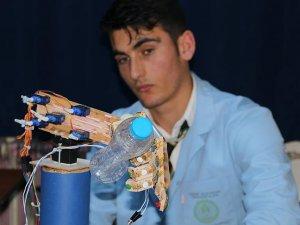 Engelli arkadaşından etkilendi biyonik el tasarladı