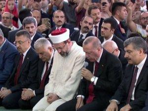 Erdoğan camide şehitler için aşrı şerif okudu