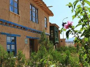 Sonsuz Şükran köyünün kerpiç evleri betona alternatif oldu